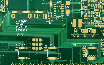 What are the requirements for the spacing of printed circuit board wires